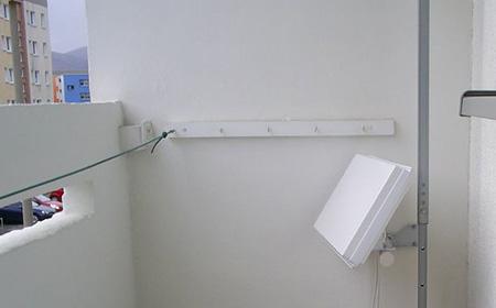 Antenne plate à l'intérieur d'un balcon